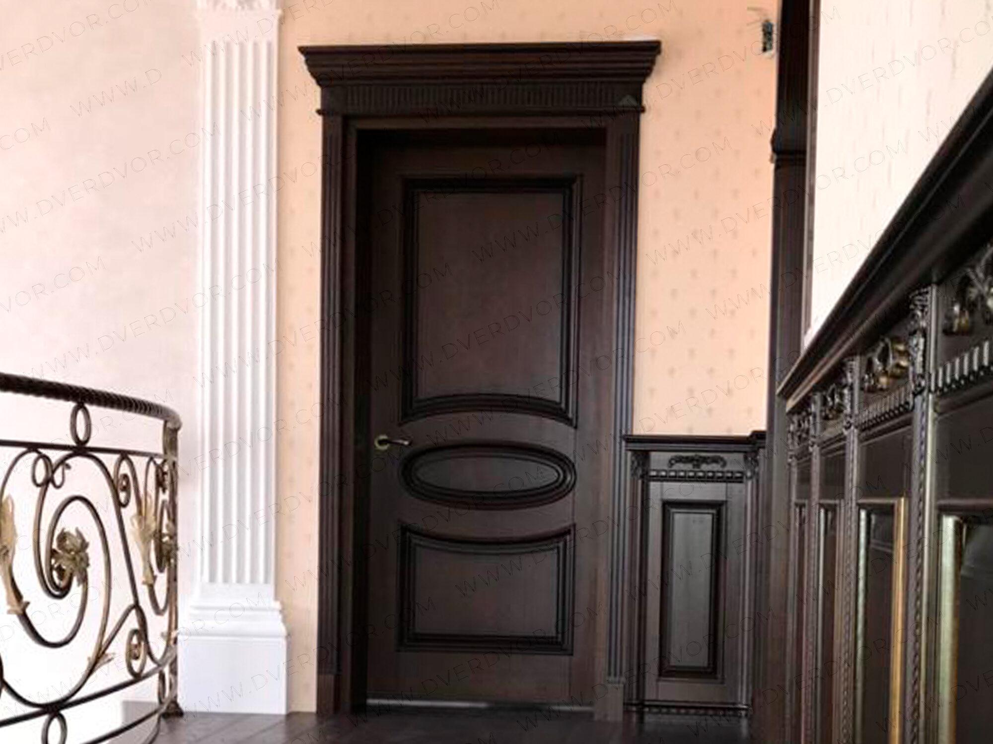 Элегантная дубовая дверь в частном доме